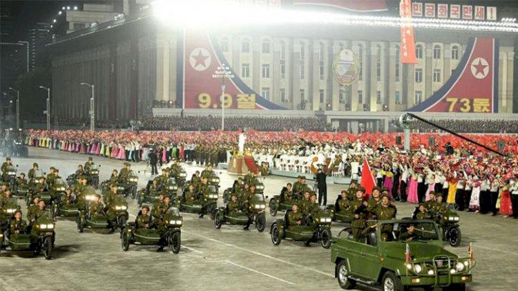 Kuzey Kore'de 'olağan dışı' tören: Balistik füze yerine topçu araçlar sergilendi